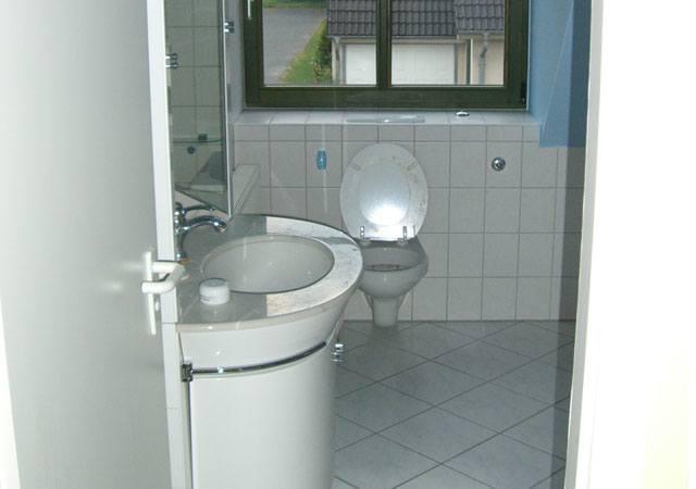 So sah das Bad vorher aus, Blick zum Fenster