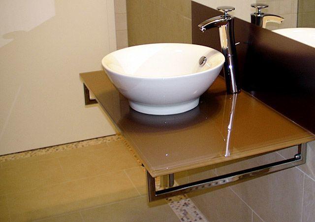 Ergebnis: Detailansicht vom Waschtisch aus lackiertem Glas und moderner Waschschüssel