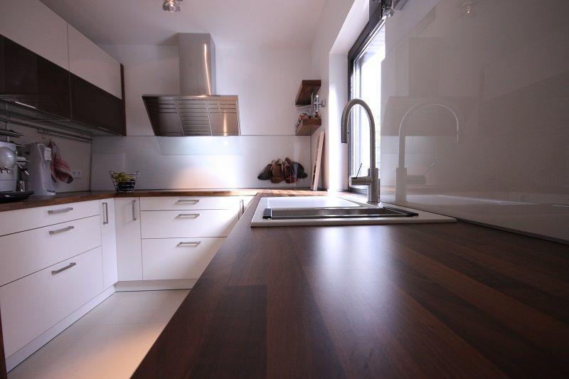 Eine Arbeitsfläche aus Echtholz ergänzt um weiße Küchenfronten ergeben einen wundervollen Kontrast.