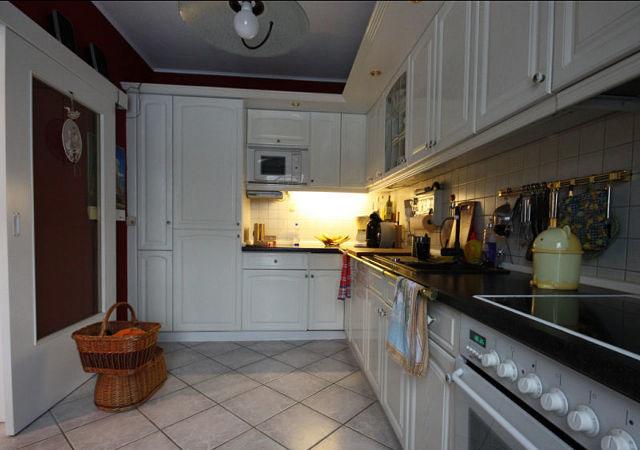 Nicht nur die Küchenmöebel sollten durch eine neue schicke Küche ersetzt werden, auch eine Komplettrenovierung des gesamten Raumes war geplant.