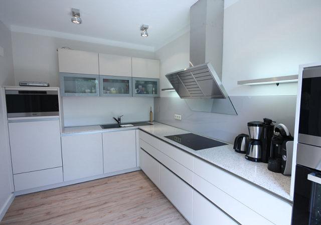 Die Küche aus der gleichen Perspektive. Jetzt in supermodern mit Hochglanzfronten, Granitarbeitsplatte kombiniert mit Edelstahl.