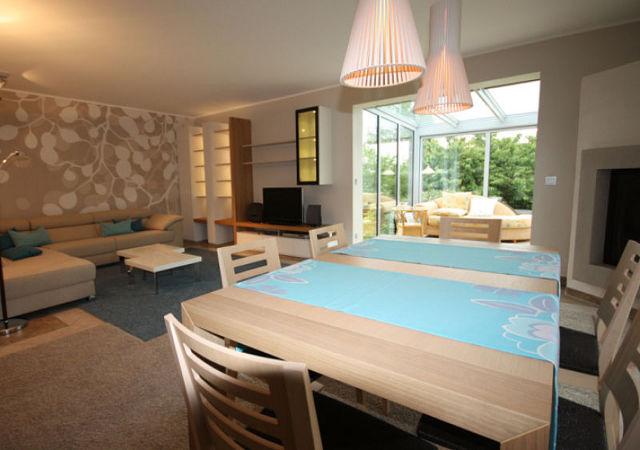 schlichte mbel aus hellem echtholz und filigrane deckenleuchten kombiniert mit trkisen tischlufern erzeugen mehr gemtlichkeit und - Modernes Wohnzimmer