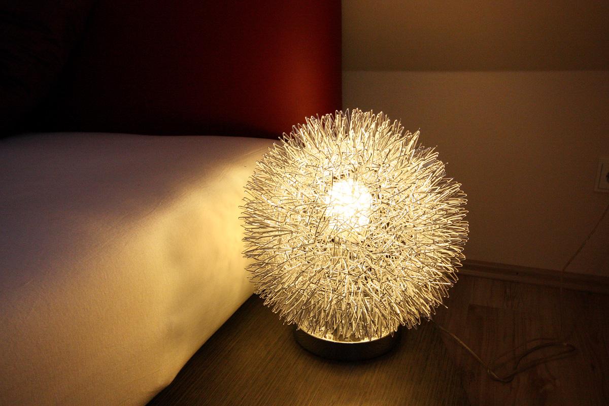 Schlafzimmer neu gestalten - Die kugelförmige Nachttischleuchte ist durch Berührung dimmbar