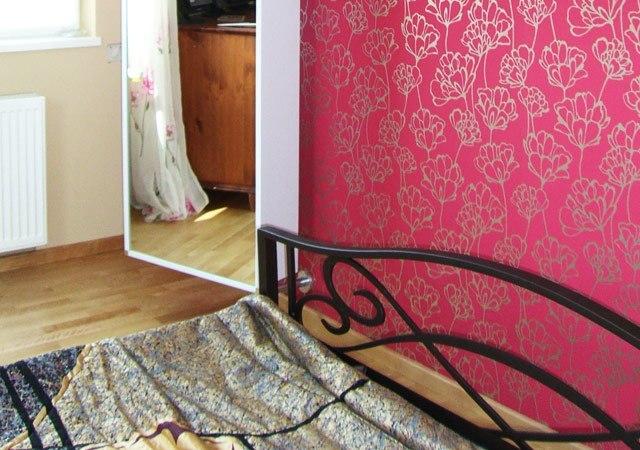 Eine drehbare Wandgarderobe mit Spiegel ist ein nützlicher Helfer für diesen kleinen Raum