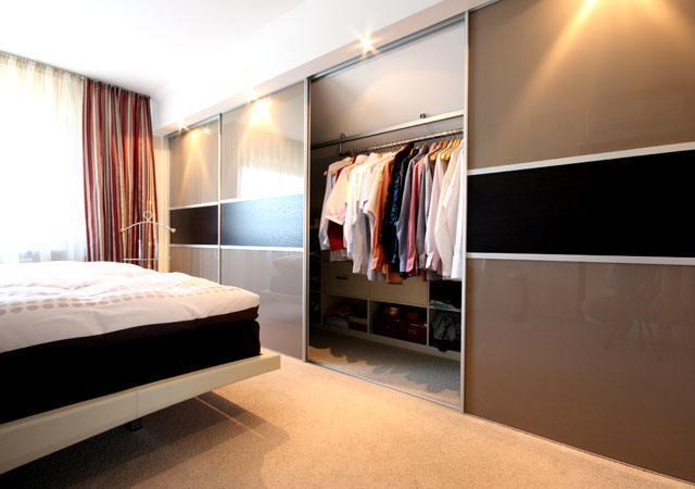 Ein Schiebetürenschrank ist ein Muss für eine Schlafzimmer-Einrichtung unter dem Dach. In diesem Fall ist der Schrank begehbar.