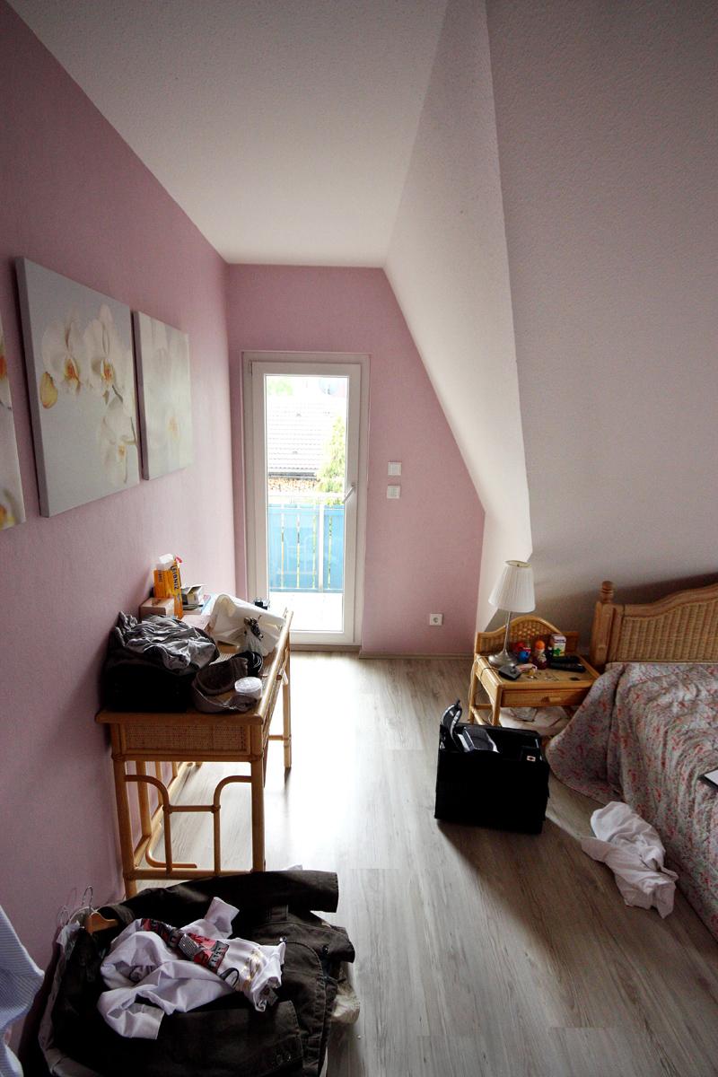 Das Schlafzimmer mit Blick zur Dachgaupe vor der Neugestaltung