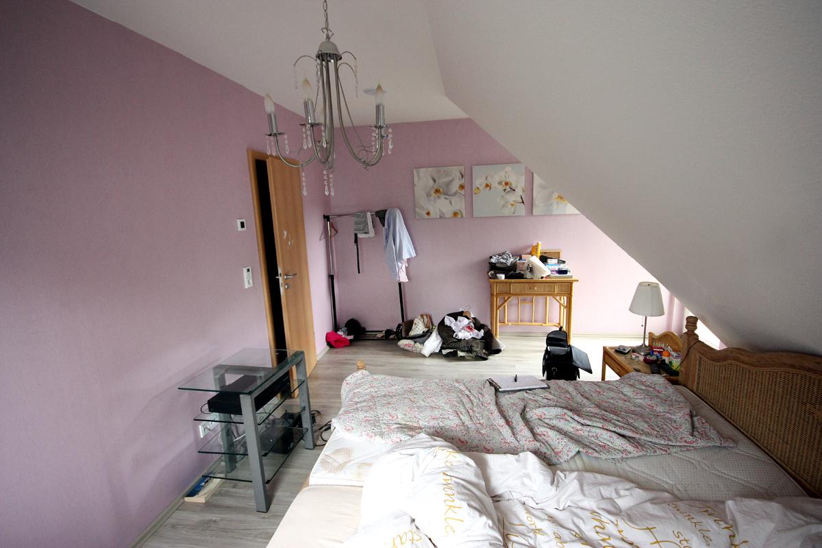... Vorher: Das Schlafzimmer Im Dachgeschoss Mit Blick Auf Die Zimmertür.
