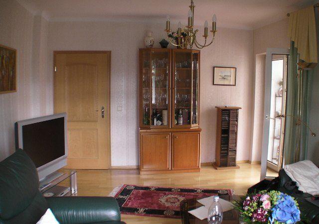 Das Wohnzimmer war mit verschiedensten Möbeln gestaltet. Nichts passte wirklich zueinander