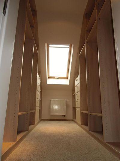 Schlafzimmergestaltung - In der Ankleide verlegten wir kuscheligen hochflorigen Teppich.