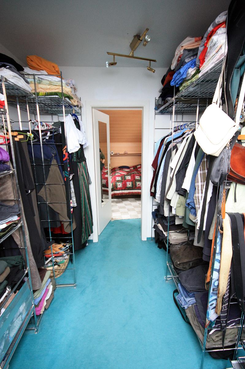 Vorher: Abstellraum Mit Viel Unordnung Mit Einem Möbelsystem Aus Metall  Schlafzimmergestaltung ...