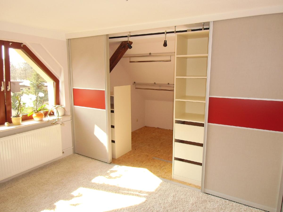 Schlafzimmergestaltung - Regalelemente und Schubkästen befinden sich im vorderen Bereich des Schrankes.