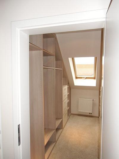 Schlafzimmergestaltung - Der Teppich in hellen Beige- und Grautönen passt prima zur Möbeloberfläche.