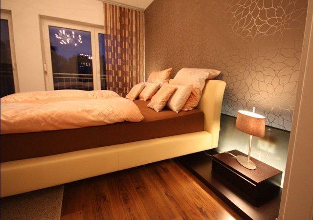 Ein hochwertiges italienisches Designerbett vollendet die stilvolle Einrichtung der gesamten Schlafszimmereinrichtung.