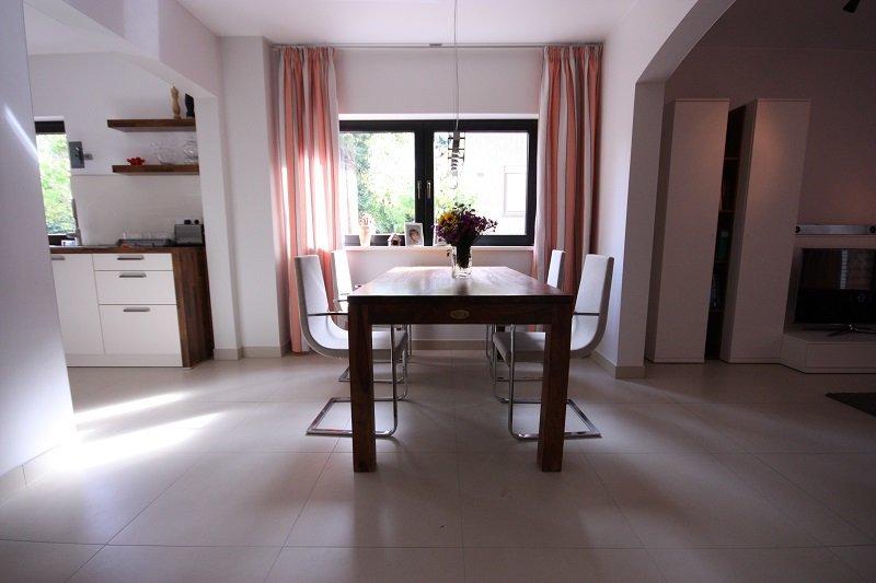 Der Essplatz mit Blick zum Fenster. Der gleichmäßige Bodenbelag verbindet alle Räume wirklich elegant und der geschaffene Durchgang zur Küche lässt mehr Leichtigkeit zu.