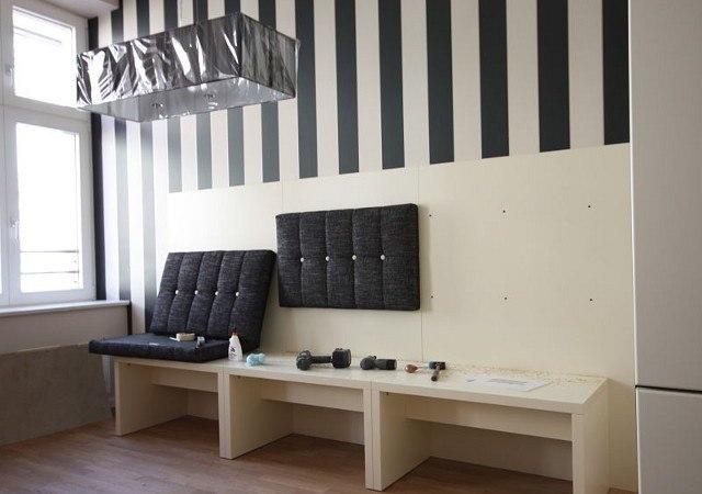 Wohnung einrichten -Der Aufbau der selbst entworfenen Sitzbank ist vollbracht. Nun werden die Polster montiert.