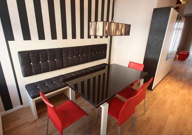 Wohnung einrichten - Die Essecke besteht aus der selbst entworfenen Sitzbank, einem hochwertigen Glastisch und bequemen Lederstühlen.