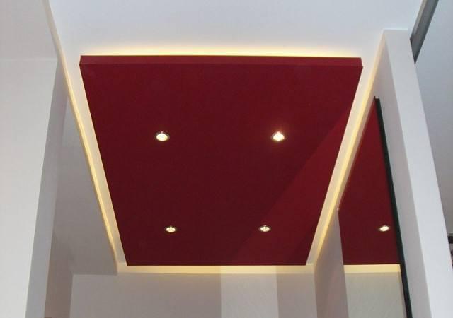 Wohnung einrichten -Eine abgehängte Deckenkonstruktion dient als Beleuchtungselement.