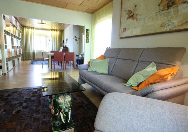 Ein gemütliches Sofa mit Relaxfunktion vervollständigt das gemütliche Ambiente der Wohnzimmereinrichtung.
