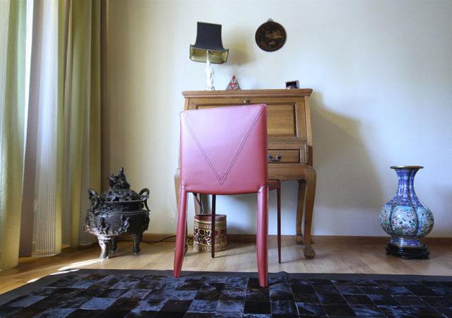 Wohnzimmer einrichten - Stühle aus Leder arrangierten wir zu den liebevoll ausgesuchten Antiquitäten. Zarte Gardinen verleihen dem Wohnzimmer Leichtigkeit.