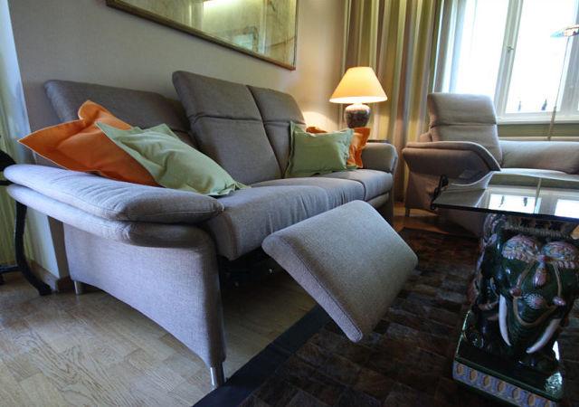 Wohnzimmer einrichten-Ein in verschiedene Positionen verstellbares Sofa bietet nun wirklichen Sitzkomfort.