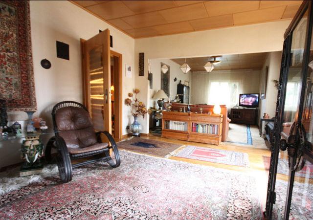 Das Wohnzimmer wirkte dunkel und teilweise waren die Möbel schon defekt.