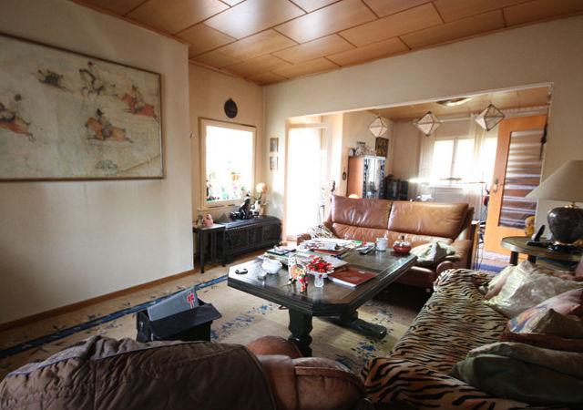 Viele Urlaubserinnerungen Und Erbstücke Machten Das Wohnzimmer Ungemütlich  Und Brachten Unruhe Hinein.