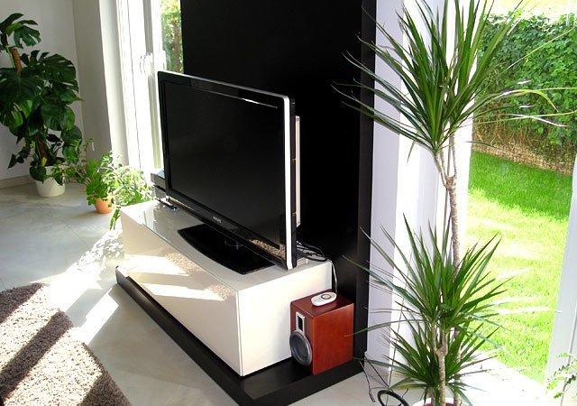 Das TV-Möbel sorgt für Ordnung und sieht außerdem noch richtig schick aus