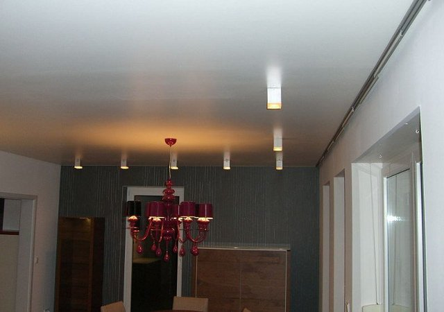 Wohnzimmer gestalten - Das i-Tüpfelchen ist die matt lackierte Zimmerdecke. Sie verleiht dem Wohnzimmer eine elegante Ausstrahlung.