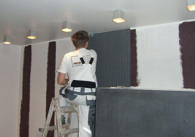 Vor dem Kleben der Designtapete streichen wir fachgerecht alle Stoßflächen und das Durchblitzen weißer Farbe zu verhindern