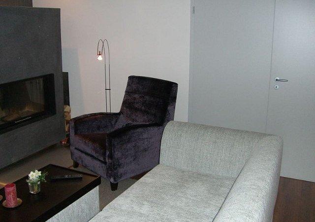 Wohnzimmer gestalten - Wir polsterten den Lieblingssessel unserer Kunden mit lilafarbenem Samt