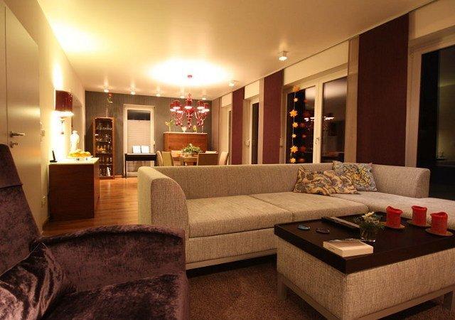 Das neue Wohnzimmer macht mit der einladenden Sofalandschaft und den Naturtönen einen sehr gemütlichen Eindruck