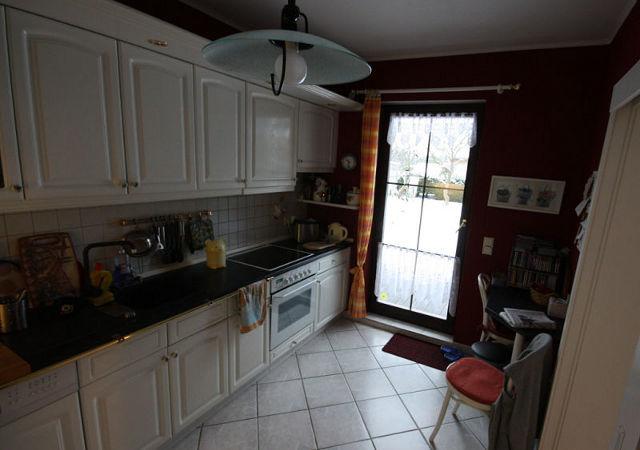 Unmoderne Fronten und Messingbeschläge zeichnen die alte Küche Küche aus.