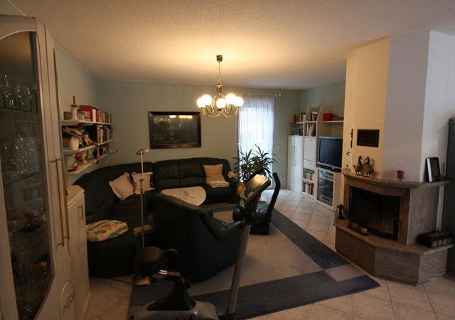 Wohnzimmereinrichtung - ein dunkler Raum mit ungünstiger Beleuchtung.