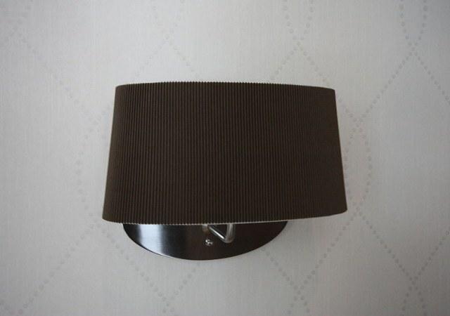 Die ausgesuchten Leuchten der Wohnzimmereinrichtung harmonieren wunderbar mit der zartgemusterten Designtapete