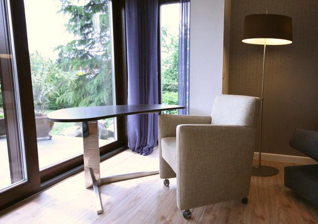 Wohnzimmereinrichtung - Sehr schön, das Minibüro mit Blick in den Garten