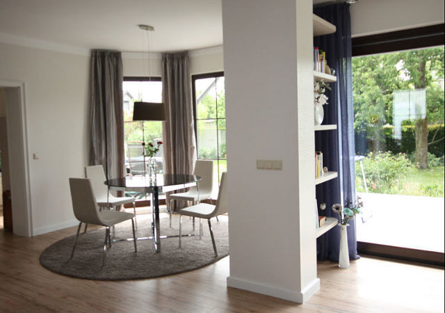 Wohnzimmereinrichtung - Der neue Essplatz wirkt mit den Gardinen aus echter Seide und dem Glastisch sehr edel. Die Essecke wirkt nun viel luftiger.