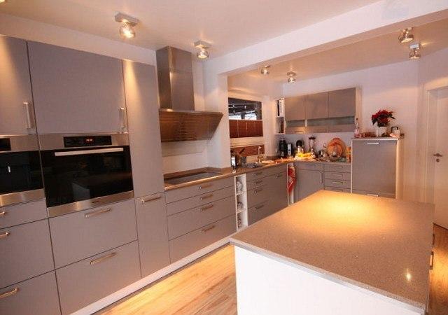 Wohnzimmereinrichtung - Die schicke neue Küche kann sich sehen lassen. Graue Fronten kombiniert mit Edelstahl - und jetzt auch sehr viel Platz