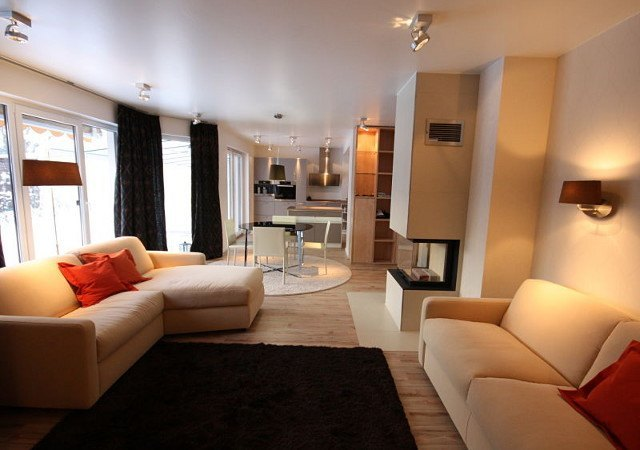 Die neue Wohnzimmereinrichtung wirkt nun strukturiert, hell und modern. Alles wurde passend aufeinander abgestimmt.