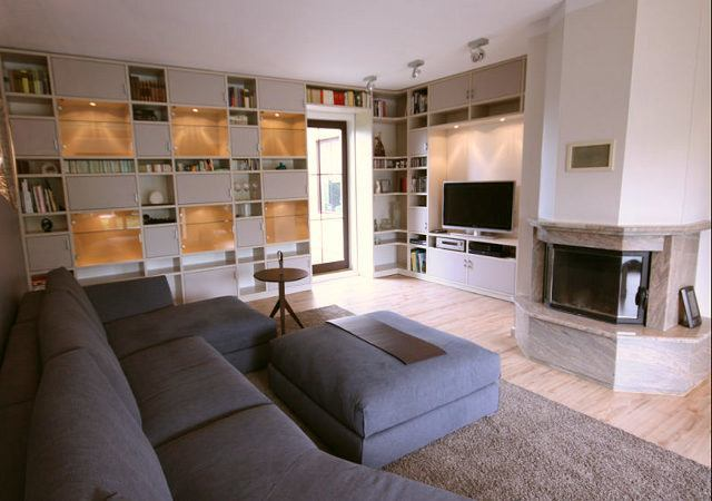 Die von uns ausgesuchte Farbkombination aus Pastelltönen in Blau, Grau und Beige lässt die Wohnzimmereinrichtung äußerst harmonisch wirken.