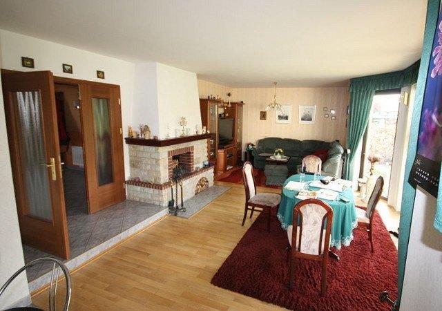 Wohnzimmereinrichtung - Gut zu erkennen, die Stufe als Stolperfalle vor der Zimmertür. Daneben der unmoderne Kamin und die vorhandene Einrichtung