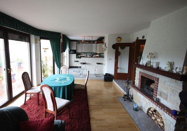 Wohnzimmereinrichtung - Der Blick zur Küche zeigt ebenfalls die vorhandene störende Stufe
