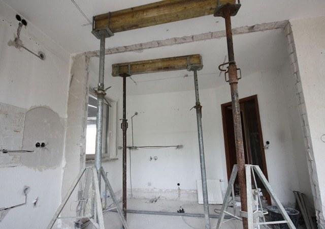 Hier entfernen wir die alte Wand zwischen Küche und Hauswirtschaftsraum um die Küche zu vergrößern