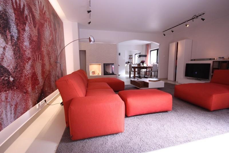 Ein großer Raum verlangt nach einem Sofa mit viel Volumen. Wichtig dabei ist, das Sofa muss genügend Bewegungsfreiheit lassen.