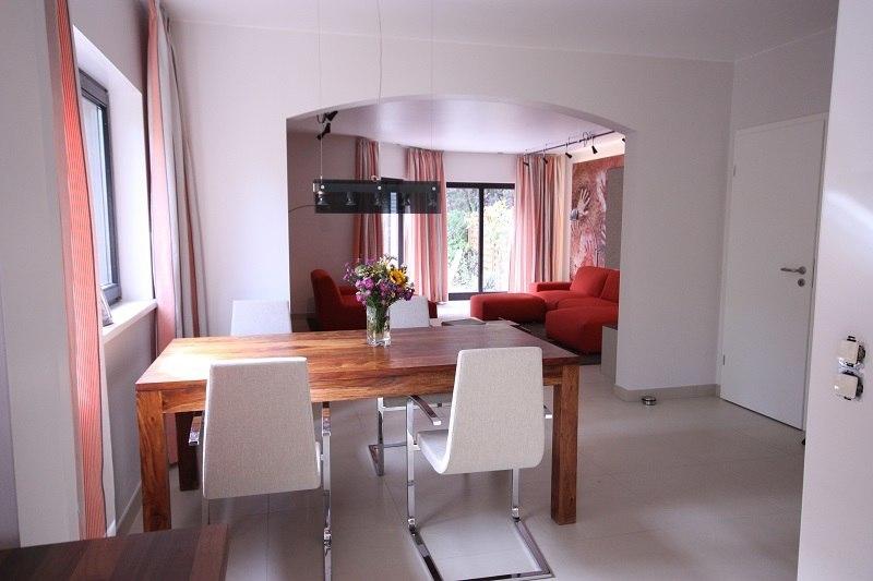 Der Essplatz nach dem Umbau nicht wiederzuerkennen, er ist durch den Zugang zur Küche viel luftiger und heller geworden.