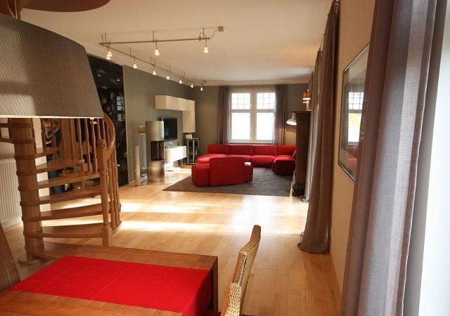 Hier sehen Sie den Raum nach der Wohnzimmergestaltung mit Blick Ess- zum Wohnbereich