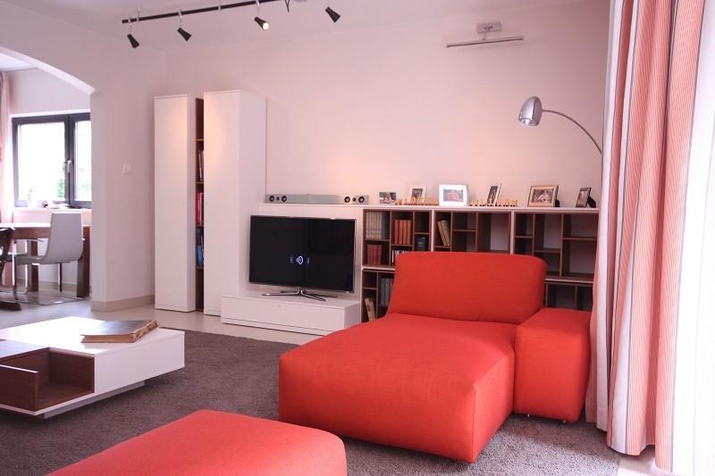 Wohnzimmergestaltung - Das Bücherregal lockert die Wohnwand auf und sorgt für ausreichend Staumöglichkeit für die Lieblingsbücher.
