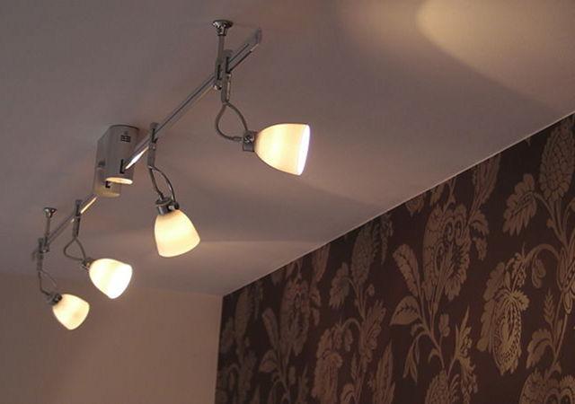 Zierliche Spots aus Keramik beleuchten die Wand. Zudem bieten die Leuchten die Möglichkeit individuell ausgerichtet zu werden