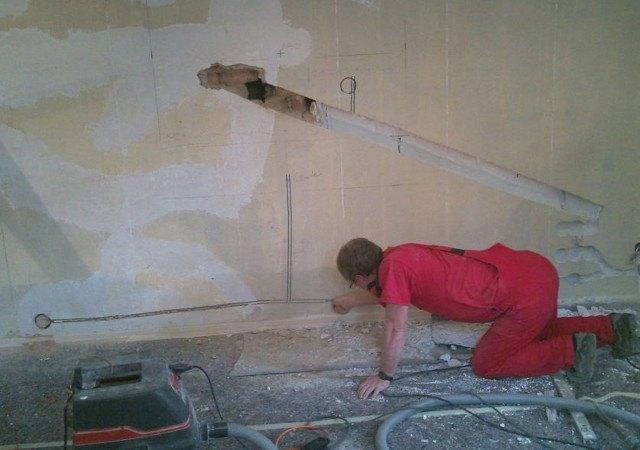 Hier bereiten wir die neue Elektroinstallation und den Zugang zum Schornstein vor
