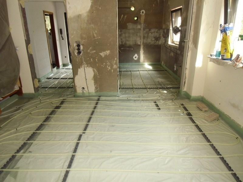 Die Heizschlangen der Fußbodenheizung sind verlegt. Danach wird der Estrich gegossen.