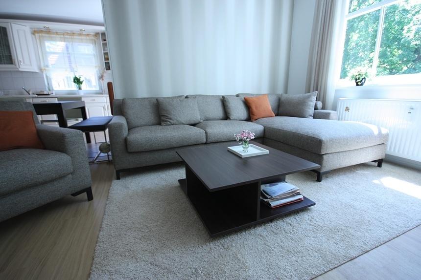 Wo ehemals ein Regal stand, kann man jetzt entspannt auf dem Sofa relaxen. Der kleine Tisch ist ebenfalls eine Sonderanfertigung.